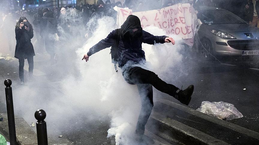 Paris'te sokaklar yine karıştı