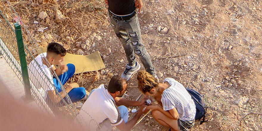 Antalya'da skandal görüntüler! Bağımlılar gündüz vakti boş arazide madde kullanıyorlar