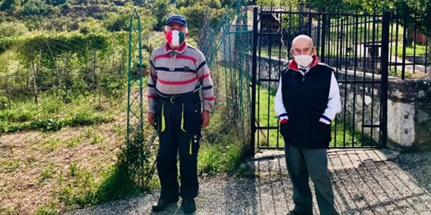 İtalya'nın bir köyünde sadece ikisi yaşıyor... Maskesiz adım dahi atmıyorlar!