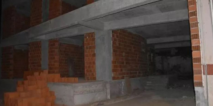İzmir'de bir inşaatta 12 yaşındaki çocuk elleri bağlı olarak bulundu