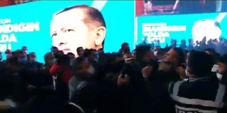 AKP kongresinde yer yerinden oynadı, yumruklar havada uçuştu!