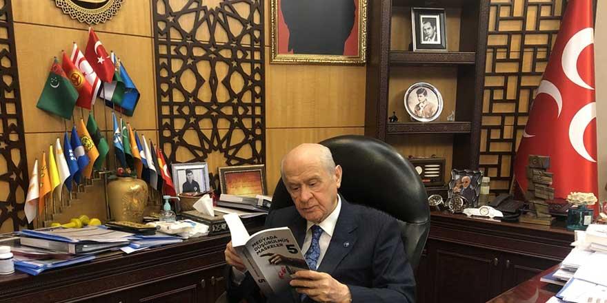 Danışmanının paylaşımıyla ortaya çıktı! MHP Genel Başkanı Devlet Bahçeli'nin makam odasında dikkat çeken detaylar