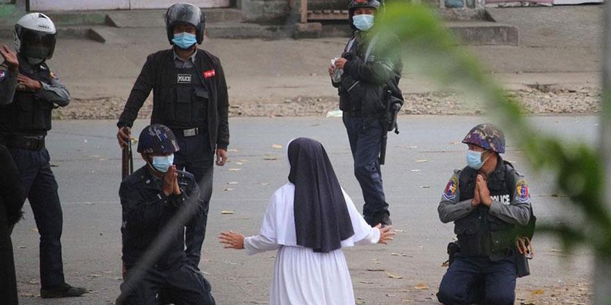 Dünyanın konuştuğu fotoğraf: Rahibe diz çöküp polislere böyle yalvardı!