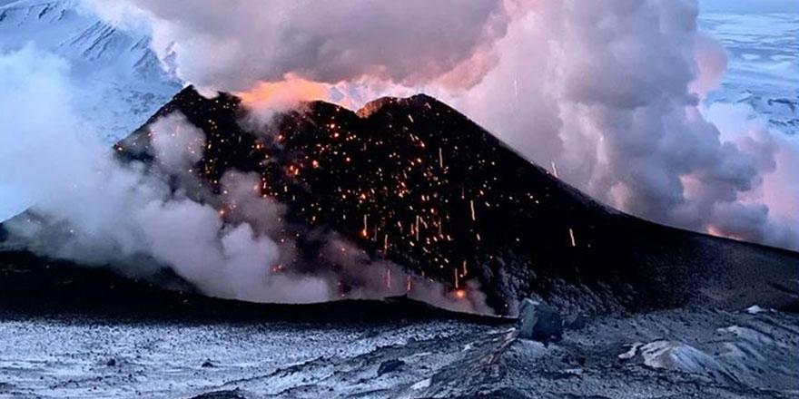 Rusya''da Klyuchevskaya Sopka Yanardağı'nın patlama anı!