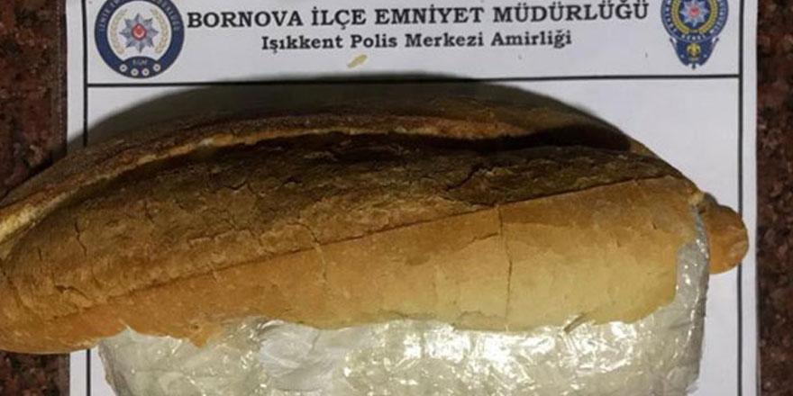 İzmir'in Bornova ilçesinde ekmek arasında uyuşturucu taşıyan şüpheli gözaltına alındı