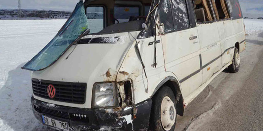 Aksaray'da işçi servisi, buzlanan yolda devrildi: 18 yaralı
