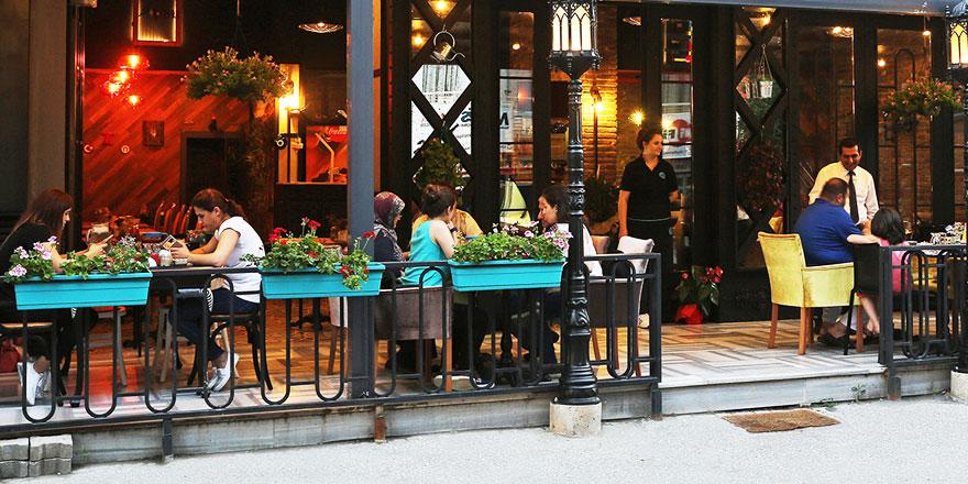 Kafe ve restoranlara gidenler dikkat! Bilim Kurulu Üyesi Prof. Dr. Mustafa Necmi İlhan'dan kritik uyarı