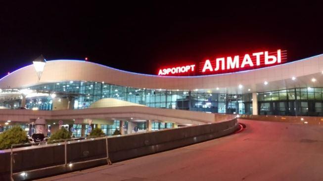 Kazakistan'da nakliye uçağı iniş yaparken düştü