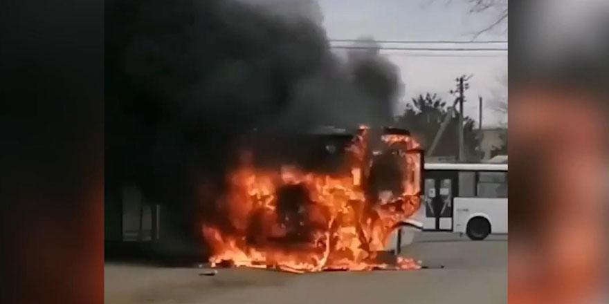 Rusya'nın Krasnodar kentinde yolcu otobüsü alevler içinde kaldı!