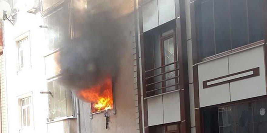 Sultangazi'deki yangında mahsur kalanları itfaiye kurtardı