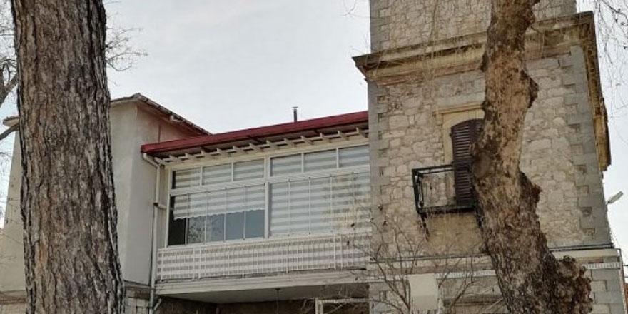 İzmir'de 131 yıllık tarihi binaya 'manzara keyfi' için PVC balkon yaptırıldı