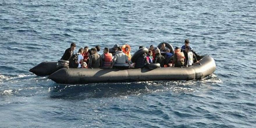 İzmir'de göçmenleri taşıyan lastik bot alabora oldu...