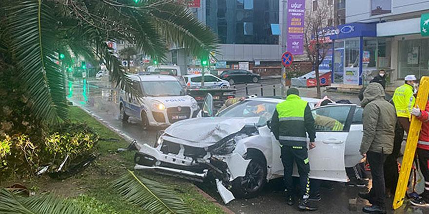 Maltepe'de kaza yapan sürücü otomobilde sıkıştı