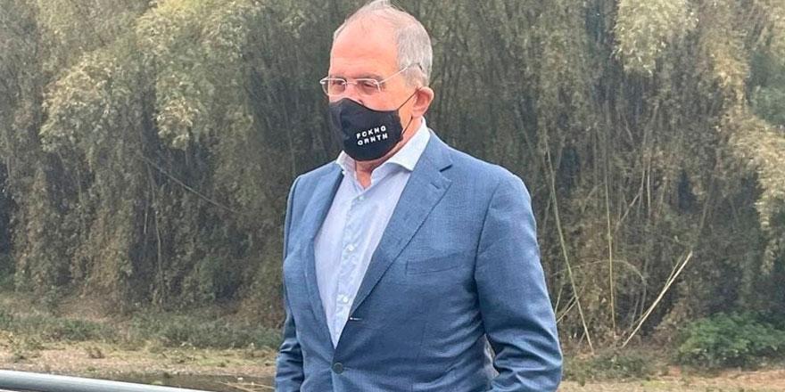 Lavrov, Çin ziyaretinde 'Fckng Qrntn'' yazılı maske taktı