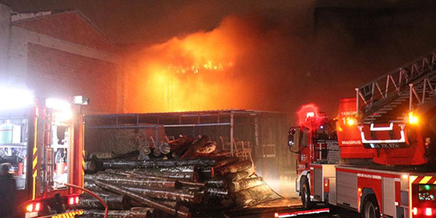 Sakarya'da mobilyacılar çarşısında çıkan yangında 5 iş yeri kül oldu