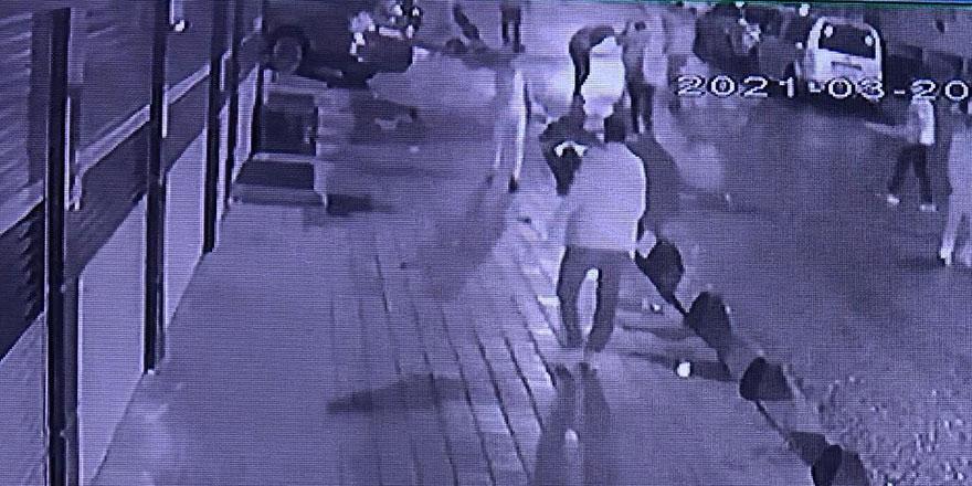 Sultangazi'de bir grubun saldırısına uğradı! Dehşet anları