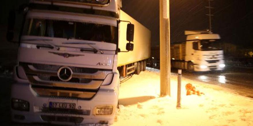 Bitlis'te zincirleme 'buzlanma' kazası: 3 kişi...
