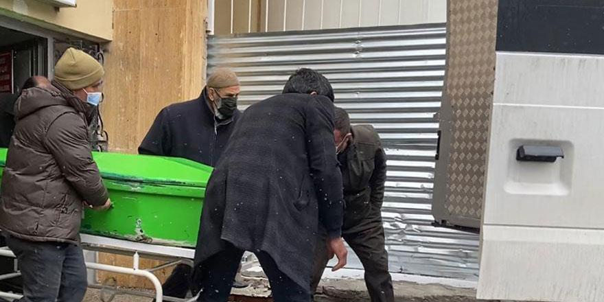 Sivas'ta babasını boğazından bıçaklayıp, öldürdü