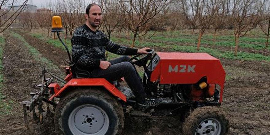 Konya'nın Sarayönü ilçesinde yaşayan çiftçi Mustafa Zügül Karabaş, hurda parçalarla garajında mini traktör yaptı