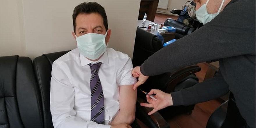 Çorum Oğuzlar Belediye Başkanı Muzaffer Yıldırım makamında başhekime aşı yaptırdı