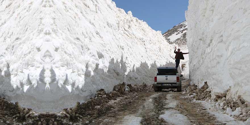 Bu fotoğraf bugün Türkiye'den çekildi! Nisan ayında 8 metre kar!