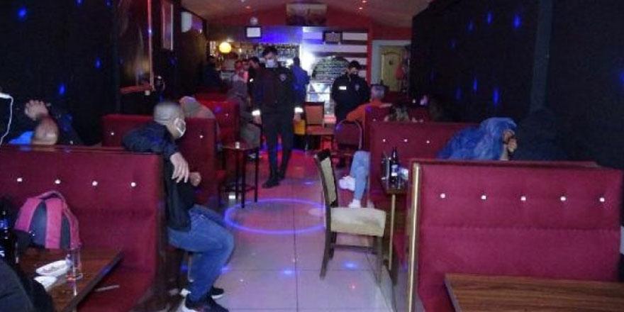 İzmir'de eğlence mekanına korona virüs baskını!