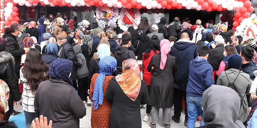 Sivas'ta market açılışında 'indirim' izdihamı