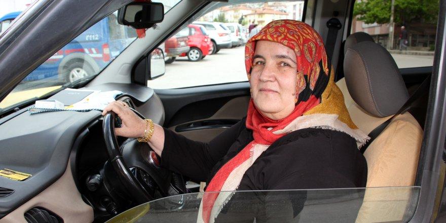 Burdur'un ilk kadın taksi şoförü!