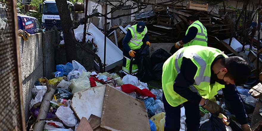 Konteynerlerden tonlarca çöp topladı! Ekiplerin çalışmasını gözleri dolarak izledi