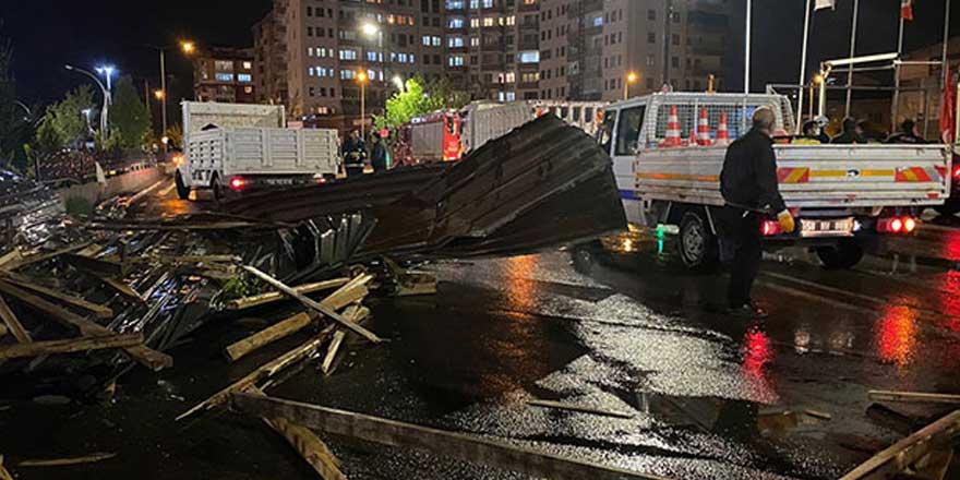 Sivas'ta şiddetli rüzgar çatıları uçurdu