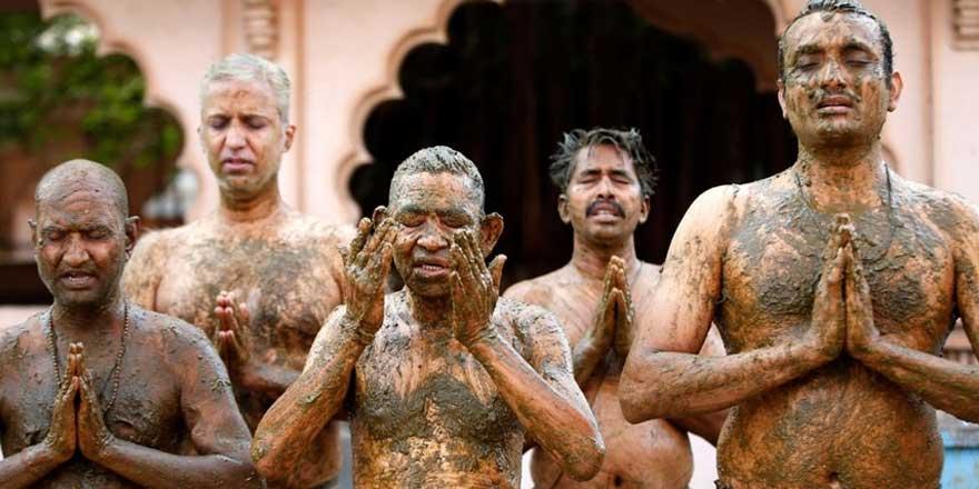 Hindistan'da halk korona virüse karşı vücutlarına inek dışkısı sürmeye başladı