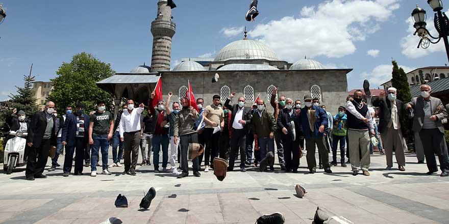 Erzurum'da ilginç israil protestosu: Cuma Namazı sonrası kameranın karşısına geçtiler