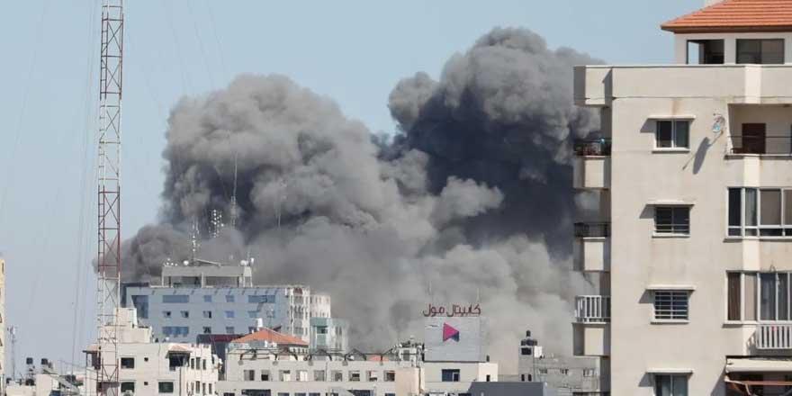 Son dakika... İsrail Gazze'de 13 katlı medya binasını vurdu