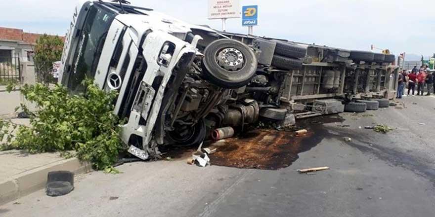 Taksiye çarpan TIR, kaldırımdaki yayaların üzerine devrildi: 2 ölü, 5 yaralı