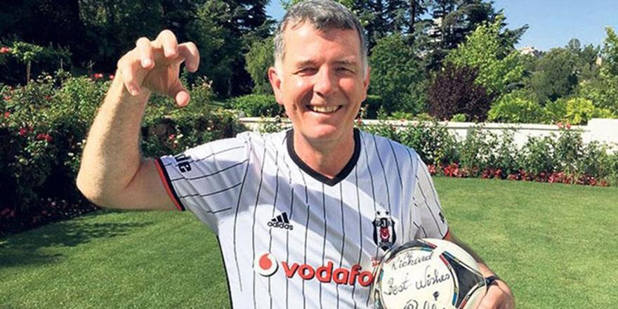İngiltere İstihbarat Başkanı Richard Moore, Beşiktaş'ın şampiyonluğunu kutladı.