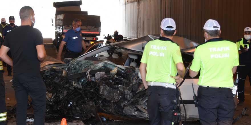 Konya'da TIR'a çarpan otomobilin sürücü öldü, eşi ve 3 çocuğu yaralı