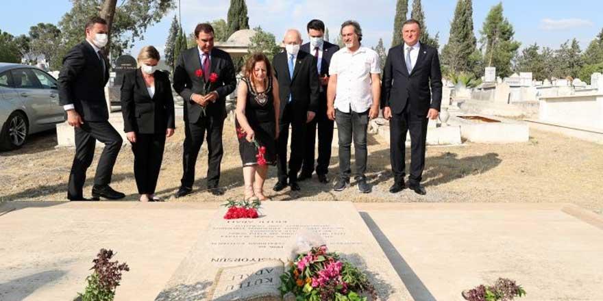 CHP lideri Kemal Kılıçdaroğlu, Kutlu Adalı'nın mezarını ziyaret etti