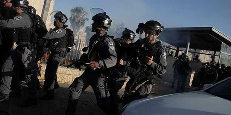 İsrail polisi namaz kılan cemaate saldırdı