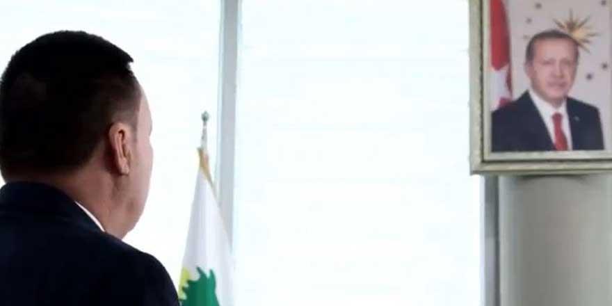 AKP'li başkandan Erdoğan portresi önünde saygı duruşu