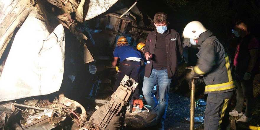 Mültecileri taşıyan minibüs devrildi: 6 kişi yanarak can verdi