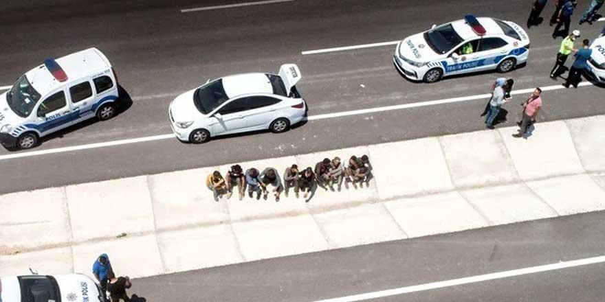 Kovalamacayla durduruldular! Otomobilin içinden 8, bagajından da 2 kaçak çıktı
