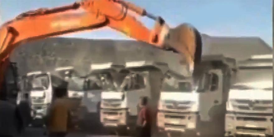 Parasını alamayan kepçe operatörü kamyonları parçaladı