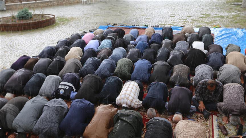 Yağmur duası yaparken yağmura yakalandılar