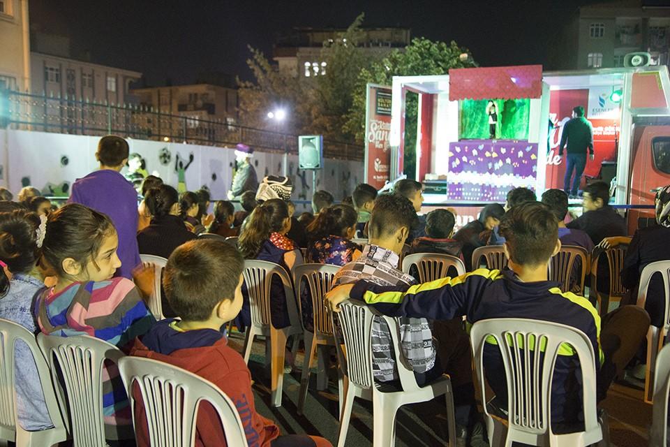 Karavanda Hacivat Karagöz gösterisi