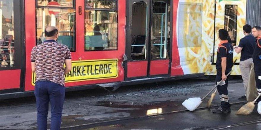 Avcılar'da İETT otobüsü park halindeki araçlara çarptı!