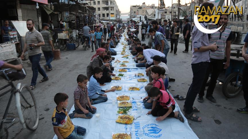 Suriye'de 1 km'lik iftar sofrası