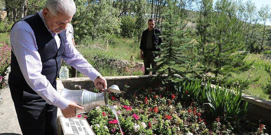 Yıldırım anne ve babasının mezarlarını ziyaret etti