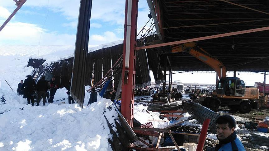 Konya'da pazar yeri çatısı çöktü: 4 yaralı