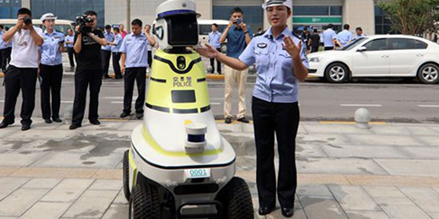 Robot trafik polisleri göreve başladı