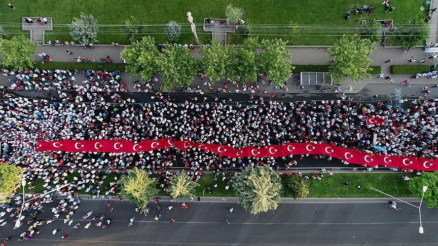 Diyarbakır'da onbinler dev Türk bayrağıyla yürüyor